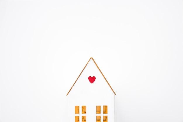 Casa de brinquedo com pequeno coração Foto gratuita