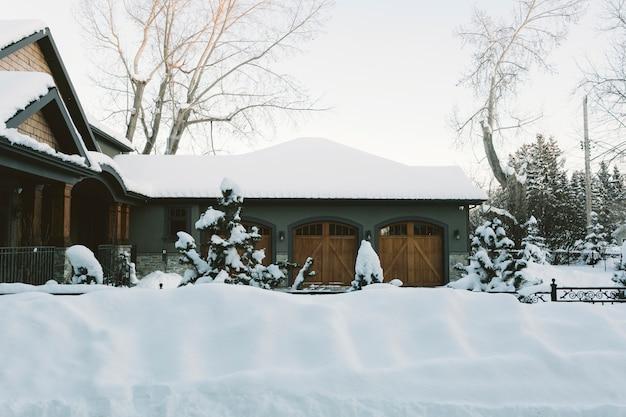 Casa de campo nevado no inverno Foto gratuita