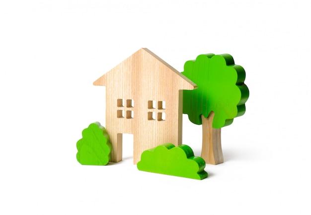 Casa de dois andares cercada por arbustos e árvores Foto Premium