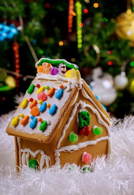 Casa de gengibre com doces redondos e glacê Foto Premium
