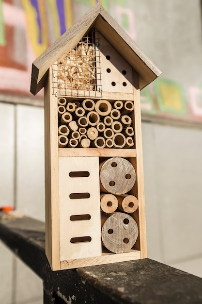 Casa de insecto de madeira bug hotel decorativo Foto Premium