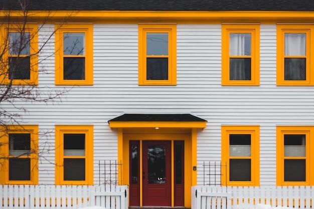 Casa de madeira branca e marrom Foto gratuita