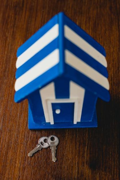 Casa de madeira do brinquedo com praia e motivos marítimos e algumas chaves da casa. Foto Premium