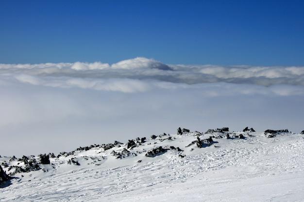 Casa de madeira na etna volcan coberta pela neve Foto Premium