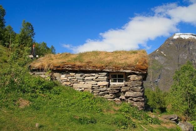 Casa de madeira velha com telhado de grama na noruega Foto Premium