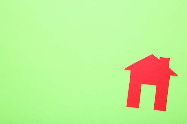Casa de papel vermelho sobre um fundo de limão Foto Premium