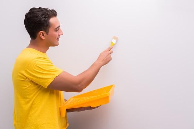 Casa de pintura do homem no conceito de bricolage Foto Premium