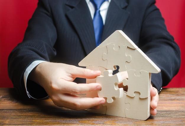 Casa de quebra-cabeça com uma peça que faltava. compra ou construção confortável casa de sonho. Foto Premium