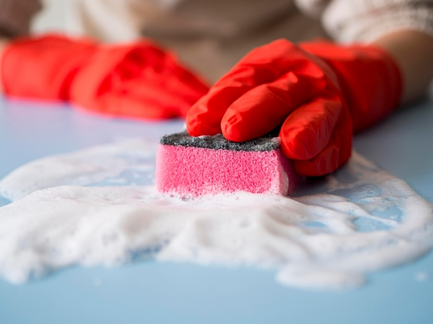 Casa desinfetante de close-up com esponja Foto gratuita