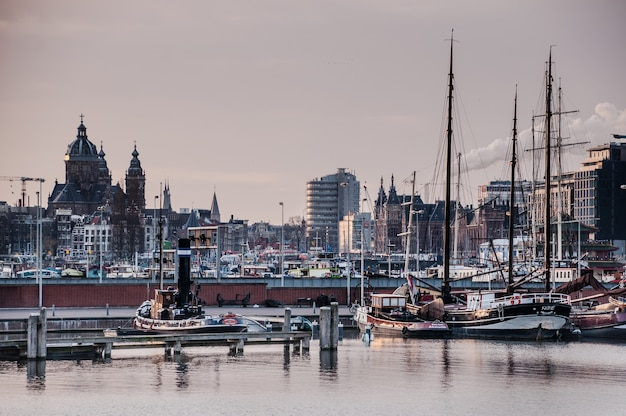 Casa e canais de barcos em amsterdã, países baixos Foto Premium