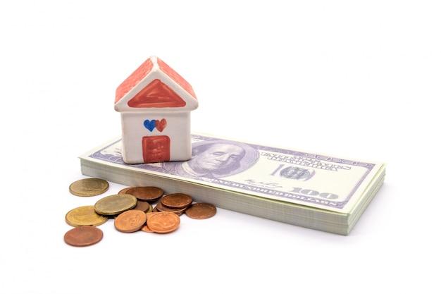 Casa e dólar isolado no branco Foto Premium