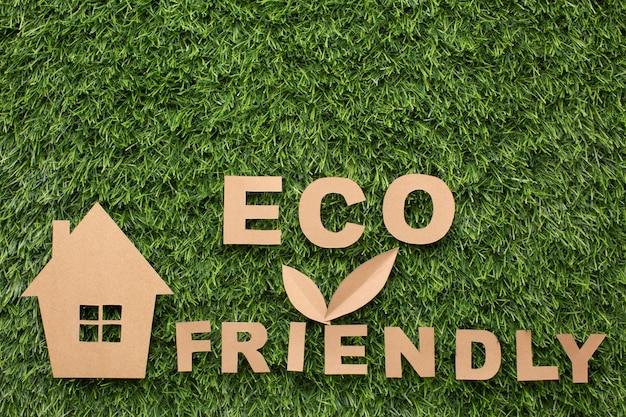 Casa em miniatura e sinal amigável de eco Foto gratuita