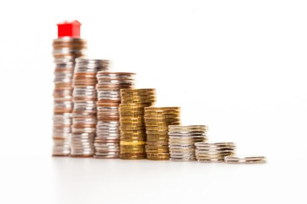 Casa em uma pilha de dinheiro Foto Premium