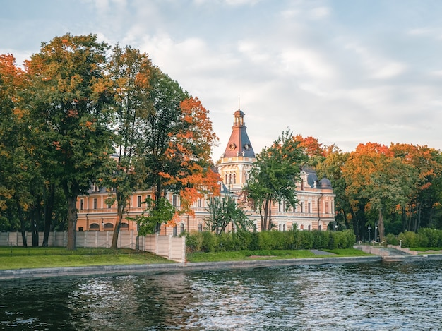 Casa malaya nevka apraksin em são petersburgo, vista do outro lado do rio malaya nevka. rússia. Foto Premium