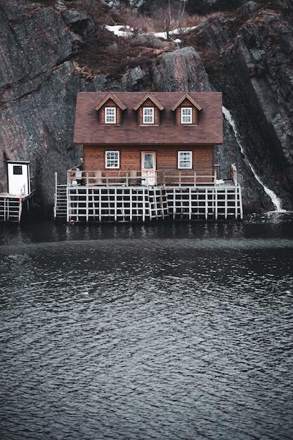Casa marrom e branca ao lado do corpo de água Foto gratuita