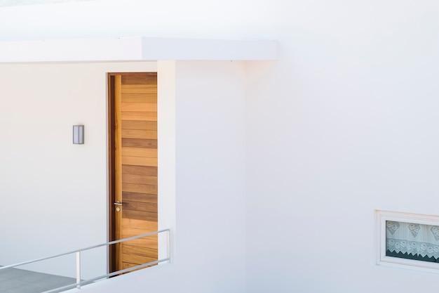 Casa mínima e porta de madeira Foto gratuita