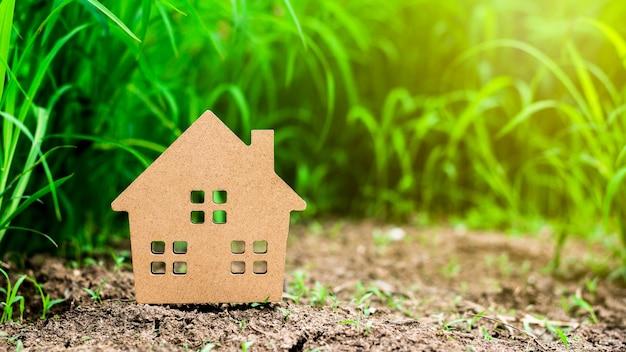Casa modelo pequena no campo de grama verde. Foto Premium