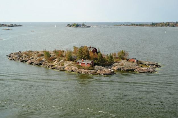 Casa na ilha no mar báltico, helsínquia, finlândia Foto Premium