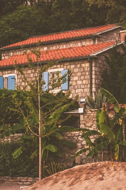 Casa na praia ao pôr do sol, montenegro Foto Premium