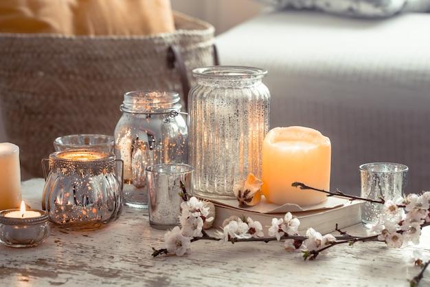 Casa natureza morta com velas e vaso na sala de estar Foto gratuita