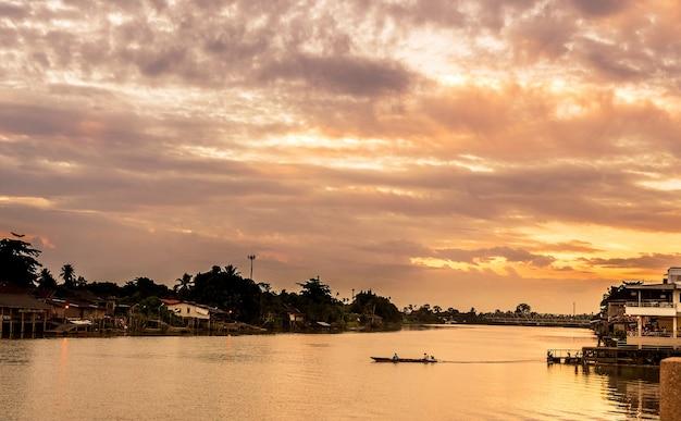 Casa no rio com belas vistas. e uma natureza simples e é o lar do antigo. Foto Premium
