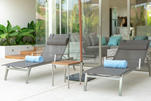 Casa ou casa exterior e design de interiores com belo sol cama de piscina villa Foto Premium