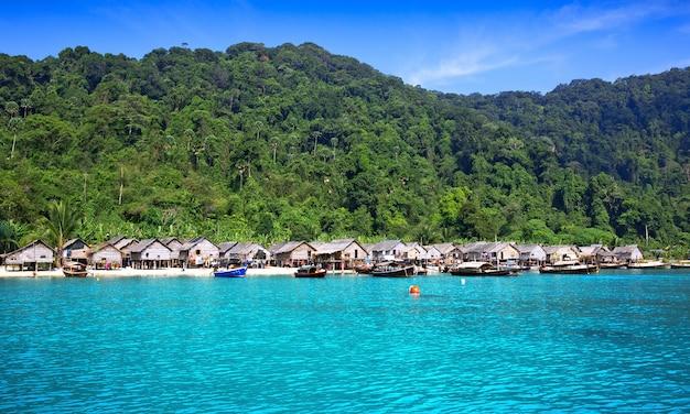 Casa pelo mar moken nas ilhas de surin em tailândia. Foto Premium
