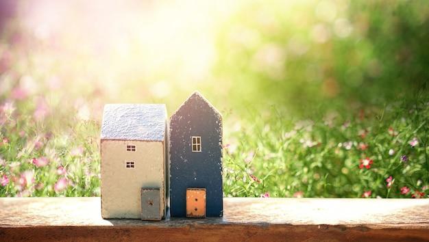 Casa pequena com sol. conceito de casa amigável de eco Foto Premium