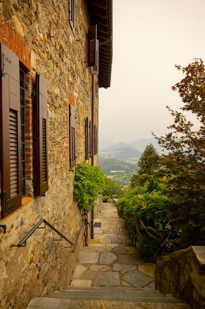 Casa rústica com vista panorâmica da montanha Foto gratuita