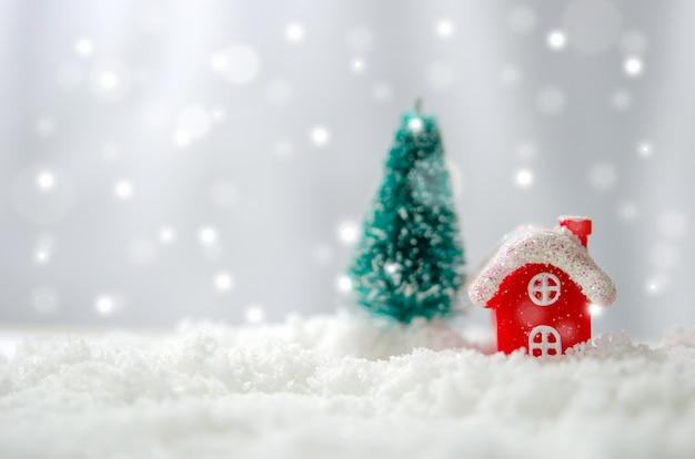 Casa vermelha e árvore de natal Foto Premium