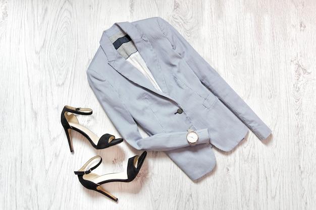 Casaco azul, relógio e sapatos pretos Foto Premium