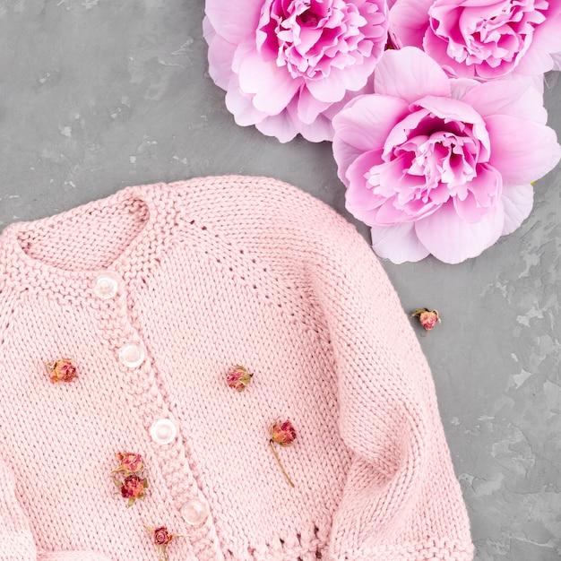 Casaco rosa em croché com flores Foto gratuita