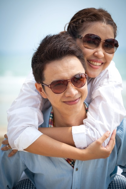 Casais apaixonados ao ar livre Foto Premium
