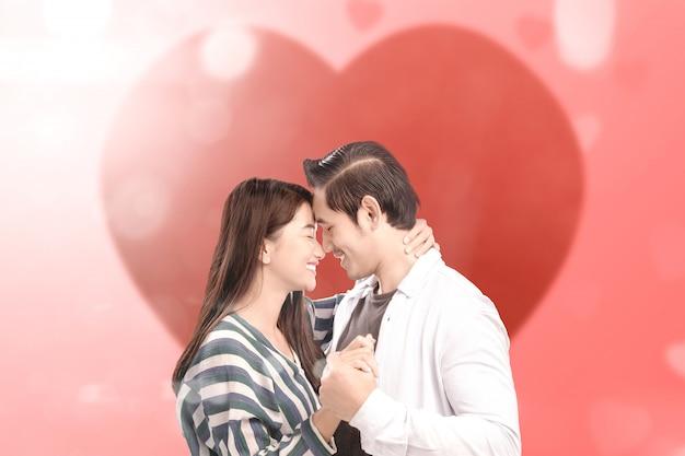 Casais asiáticos frente a frente e de mãos dadas uns com os outros Foto Premium