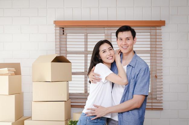 Casais asiáticos mudam-se para sua nova casa. conceito de começar uma nova vida. Foto Premium