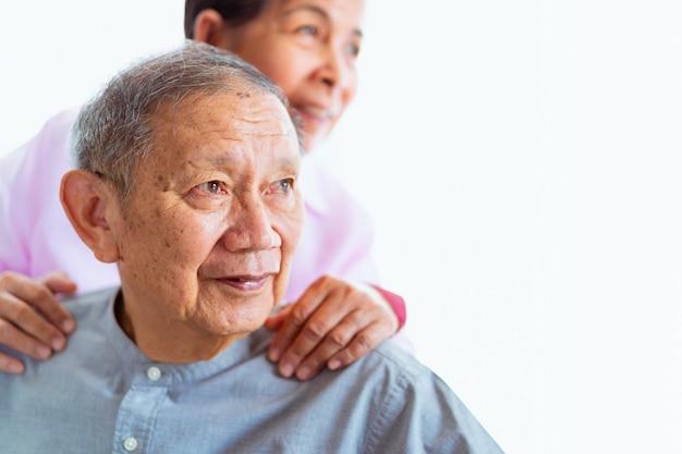 Casais asiáticos sênior felizes apoiam-se, foco seletivo Foto Premium