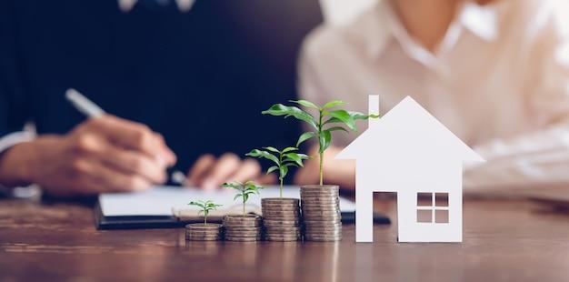Casais assinaram um contrato para comprar uma casa do corretor. Foto Premium