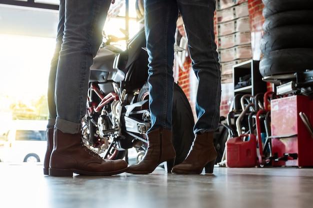 Casais de motoqueiros durante a preparação de viagens Foto Premium