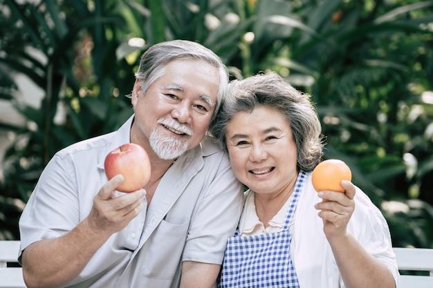 Casais idosos cozinhar alimentos saudáveis juntos Foto gratuita
