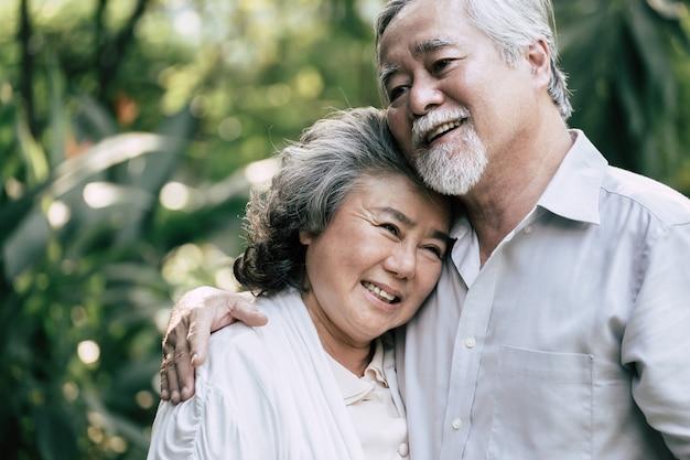 Casais idosos dançando juntos Foto gratuita