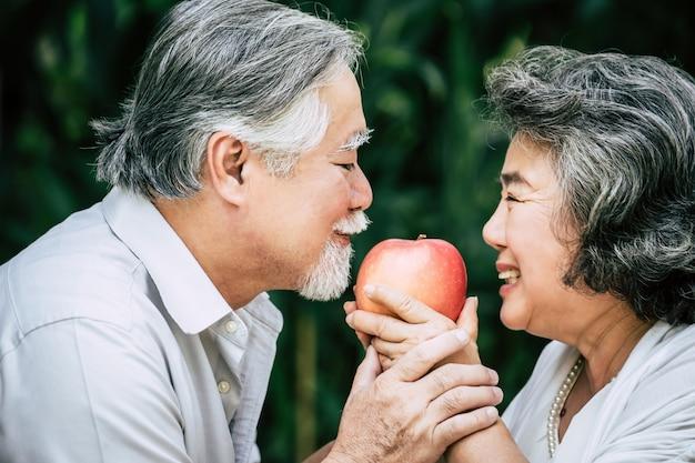 Casais idosos jogando e comendo algumas frutas Foto gratuita
