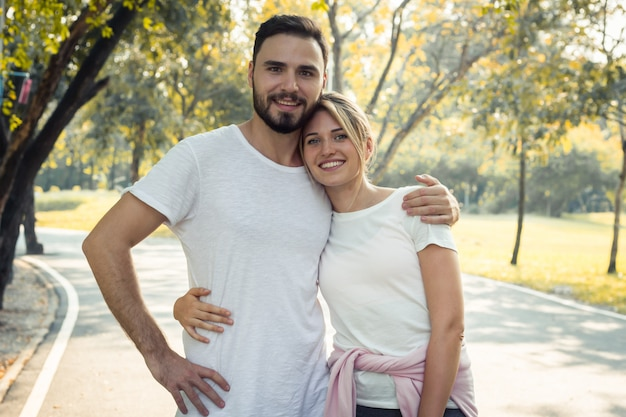 Casais mostram amor um ao outro no parque. Foto Premium