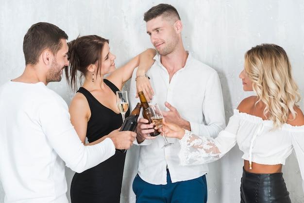 Casais que bebem álcool Foto gratuita