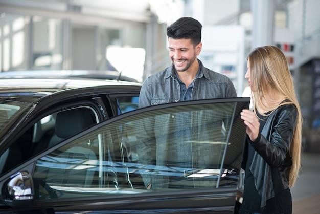 Casal à procura de um carro novo Foto Premium