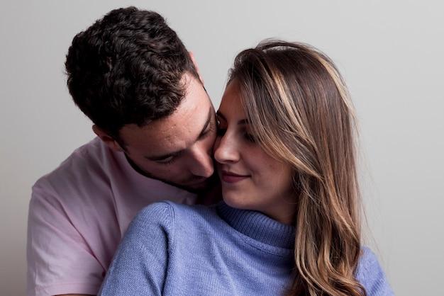 Casal abraçando e abraçando Foto gratuita