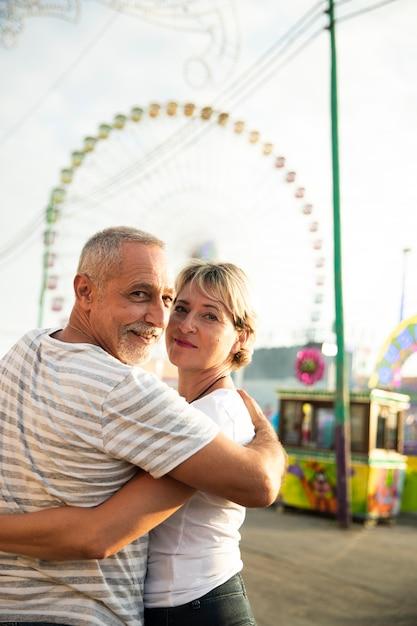 Casal abraçando e olhando para a câmera Foto gratuita