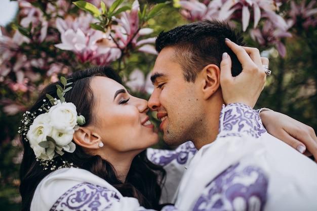 Casal abraçando na floresta Foto gratuita