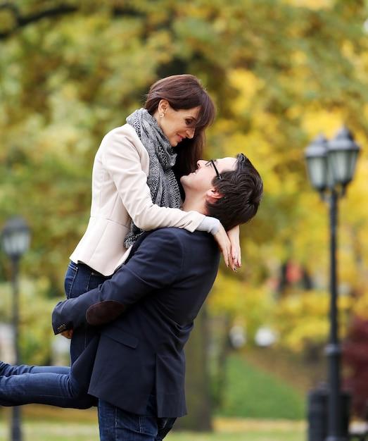 Casal adulto, tendo um bom dia em família no parque Foto gratuita