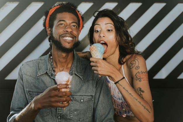 Casal alegre desfrutando de sorvete Foto Premium