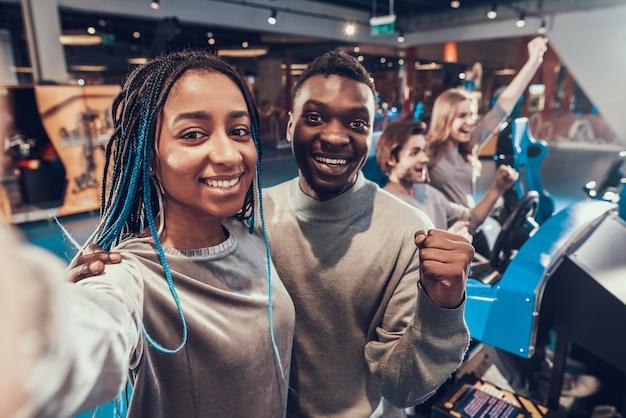 Casal americano africano está tomando selfie Foto Premium